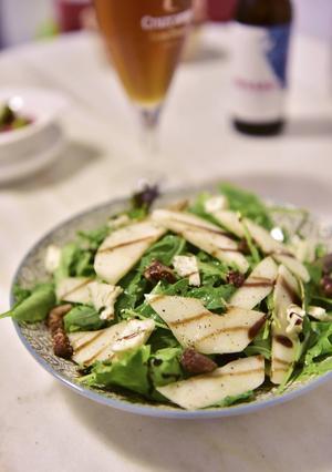 Sallad med päron och dadlar är en läcker förrätt på restaurang Mejorana i Conil.   Foto: Anders Pihl