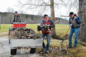 Städpatrull. Erling Norin, Eilert Carlsson och Greger Arvidsson hjälptes åt med löven.