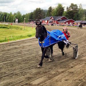 Carl-Ivar Larsson ger tummen upp efter Granli Nicolais skrällseger.