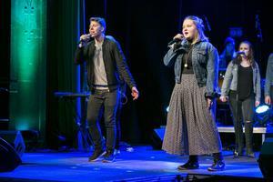 Albin Persson och Johanna Hedlund Rova sjunger duett i låten Good life av OneRepublic.