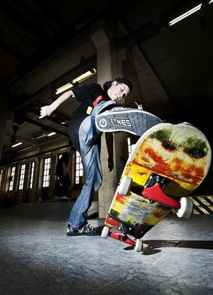 David Johansson, 12 år, ägnar sportlovet åt att träna in nya trick på sin skateboard.