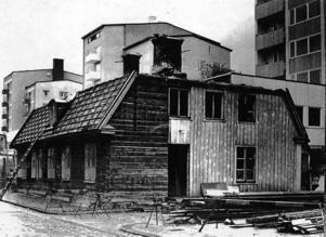 Den gamla arbetsstugan, ett brädklätt timmerhus, rivs och ger utrymme för en breddning av Södra Kungsgatans östra sida.
