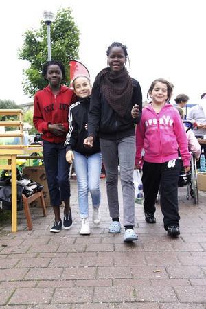 Kollar runt. Parfaite Mokoko, Vivien Michaj, Wivine Mokoko och Marina Kaloo kikade alla runt på Vallbydagen och lyssnade på musik.