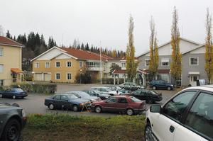 Det var mitt i byn vid äldreboendet Furugården som Eva Nilsson mötte på björnen. Förra året mötte dåvarande chefen för Furugården, två björnungar på parkeringen.