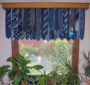 En rundstång och ett antal slipsar blir en snygg och annorlunda gardin tillsammans med en kornisch. Birgitta Larsson är kreatören.