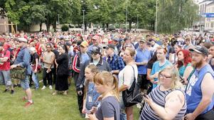 Flera hundra personer samlades i Navigationsparken på Söder i Gävle för att vara med i vandringen, en så kallad Pokewalk, i centrala stan.