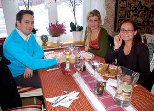 Thomas Sandin, Therese Roos och Towa Franzen äter ofta ute, på olika restauranger i Mora. För dem är kvaliteten viktigare än priset.