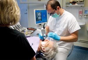 Kort ersätter geggamoja. Bernd Zieger fotograferar tänderna i munnen. Därefter gör datorn en tredimensionell bild.