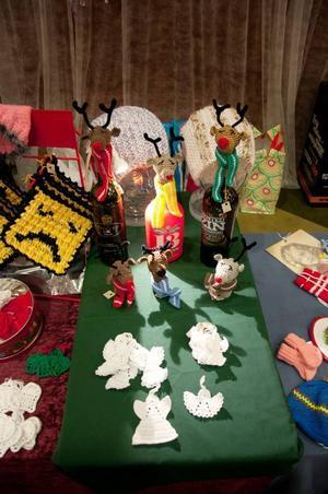 Ville man förnya sitt julpyntsförråd kunde man gå till julmarknaden på Storsjöteatern, och kanske föll man då för de här små virkade renarna.