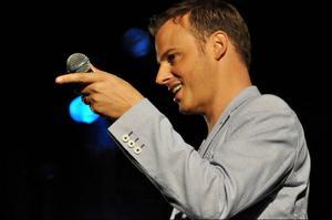 Kvällen började lugnt på festivalområdet, men när Magnus Carlsson ställde sig på scenen kom publiken igång.Foto: Sandra Wåger