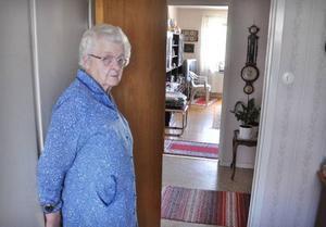 """Det var när Stina Persson gick tillbaka mot köket som hon upptäckte den vilt främmande mannen stå tryckt mot dörren till sovrummet. """"Så här stod inkräktaren och tryckte när jag upptäckte honom"""", visar hon.    Foto: Ingvar Ericsson"""