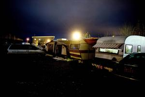 I Sverige är vi ovana att hantera att ett större antal personer bor i husvagnar i kylan.