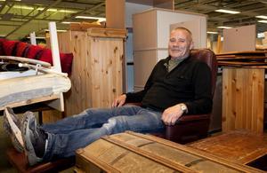Janne Nilsson jobbar på heltid med att fixa i ordning RIA:s och Gävles nästa second hand-butik. Möblerna tornar redan upp sig i lokalen men någon försäljning här blir det inte förrän senare i år.