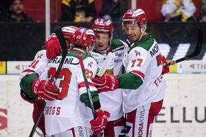 Robin Johansson klappas om av sina lagkamrater efter att ha reducerat mot Brynäs, men målet räckte inte hela vägen i Gavlerinken.