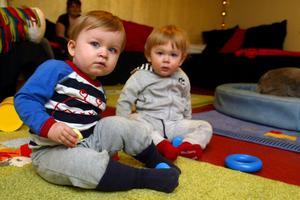 Från vänster Leo Tinnerholm, 16 månader och Evelina Backstrom, 15 månader, passade på att vara i lekrummet när de besökte Inbetween under måndagen.