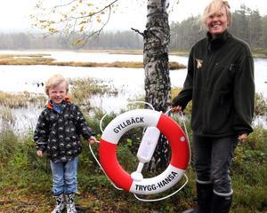 Anne-Lie Gyllbäck med sonen Johannes kommer att hänga upp livbojen vid Brindsjön så fort våren kommer.