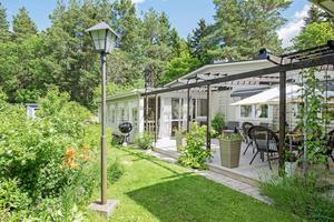 Denna enplansvilla i stadsdelen Sörby i Gävle har ett stort inglasat uterum med en riktig sommarträdgård.