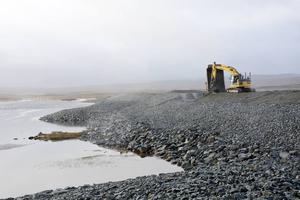 Dammen består av flera lager stenmaterial av skiftande tjocklek, för att den ska hålla tätt.