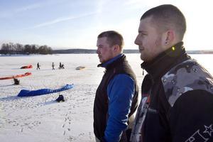När det är vindstilla är det trevligt att flyga för då går det lika fort åt alla håll, säger Johnny Johansson med Thom Åström till höger