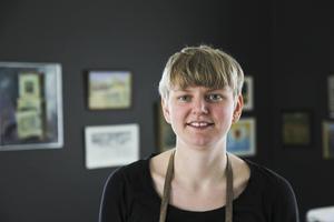Konstnären Helena Bratt är imponerad över målningarna.