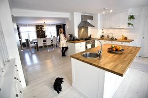 En riven vägg gjorde Cecilia Dubergs nyrenoverade kök mycket större än det var tidigare. Köksön är också modell större.