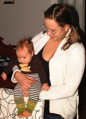 Camilla Torkkel och hennes lille Hugo trivs tydligen förträffligt i sitt mycket fina hus i Borglunda.Foto: Ingvar Ericsson