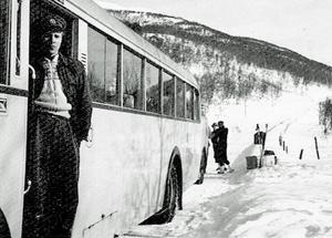 Fotot visar Olle Bergström från Långå. Året är 1947 och han har här anlänt till Tänndalen efter färd från Röjan. SJ:s bussar bar färg i beige nyans. Här syns också SJ-emblemet på bussens sida bakom Olle.  Foto hos Birgitta Westlund, Hede.
