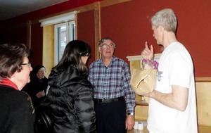 Överläkare Håkan Fureman samtalar med åhörare efter föreläsningen.