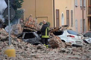 En jordbävning skakade norra Italien natten till söndag.