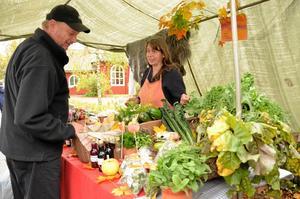 Ekologiskt odlat. Petra Janensch har själv odlat grönsakerna på gården Smedstorp. Hans-Otto Pohlmann funderar på att handla.