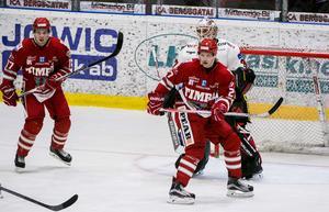 Ludvig Nilsson skymmer målvakten Jonatan Bjurö.