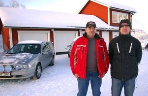 Hans Christensen och Bosse Backman framför det nybyggda klubbhuset/ sekretariatet. Team Walles har satsat 1,3 miljoner kronor på Völlarbanan de tre senaste åren. foto: leif eriksson