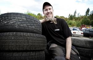 24-årige Linus Lundberg hör till dem som tröttnade på att vara arbetslös. I somras startade han det egna åkeriet Grängesberg Transport AB.