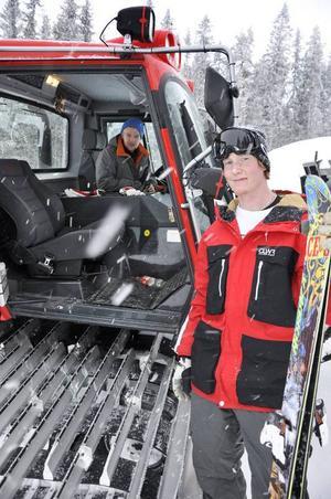 Daniel Racas är pistör och har anställts tillfälligt för att skapa skidparken i ladängen. Alx Bergsten i rött tror att den här parken kommer att bli något utöver vad som tidigare skådats på Frösön