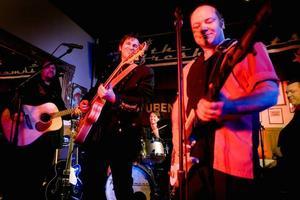 The Refreshments firade 20 år som band på CC-puben i Gävle. Nu har de dessutom sålt platina av sin samlingsskiva