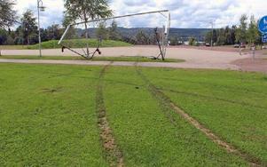 Det finns djupa spår i gräsplanen. Fotbollsmålen har fösts framför bilen. Bilen har kört rakt genom nätet och knäck ramen.FOTO: EVA HÖGKVIST