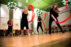 Dansarna repeterar den mäktiga 'eld'-delen till 'Explosive' av gruppen Bond.