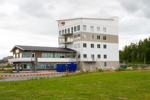 Det nya kontorshuset på Varvet, intill strandpromenaden är en våning högre än bostadshusen får vara på Djupestrand.