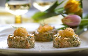 Gör en laxtartar - fiskens motsvarighet till råbiff. Mycket smak för liten insats.