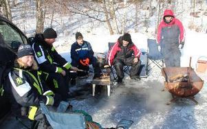 Södra Dalarnas Fiskeforum trivs med att vara ute oavsett väderlek. Blir det inte fisk så finns alltid kaffepannan med varmt kaffe och en eld att grilla korv över. FOTO: KERSTIN ERIKSSON