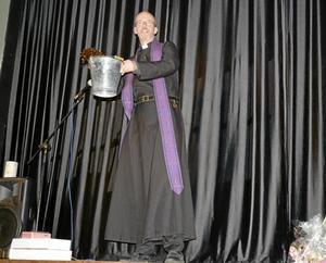 Välsignelse. Benjamin Lundkvist, präst i Viby församling, stänkte välsignat vatten över publiken.