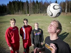 Jättetalang. Blivande djurgårdaren Niklas Penttilä jonglerar med bollen under överinsyn av övriga nyförvärv i Smedjebacken, från vänster: Jonas Jansson, Dennis Björn och John Dahlberg.
