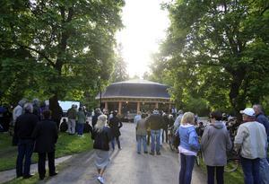 Alla hade inte möjlighet att se Marinens musikkår, men musiken hördes över hela Regementsparken.