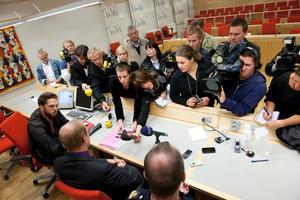 Strax efter häktningsförhandlingen följde en presskonferens. Dalapolisens spaningsledare Lars-Ola Sörestad och kammaråklagare Niclas Eltenius tar emot pressen.