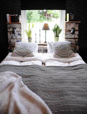 Sänggaveln byggde Andreas av lite överblivet gammalt timmer.