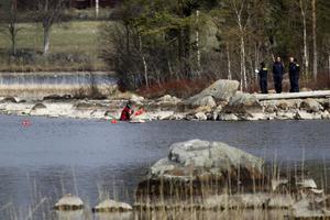 Polisens tekniker arbetade vid sjön där man hittade den 19:åriga Tova Moberg.