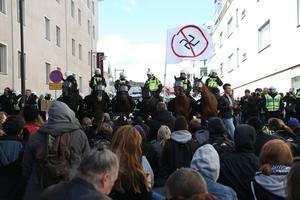 Ridande polis och motdemonstranter som ställer sig i vägen för demonstrationen av högerextrema Svenskarnas Parti i Jönköping första maj.