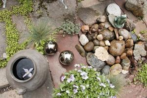 Stenar, vatten och grönt i Gunillas trädgård.