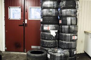 Det går åt mycket däck när man kör i stort sett i sidled. 300 däck har beställts inför sommarens tävlingar.
