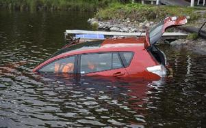 Bilen hamnade i vattnet när förarens fötter fastnade i styrpedalerna och han tappade kontrollen över fordonet. Foto: Patrik Persson